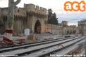 """Avignone: anche la città dei Papi avrà il suo nuovo tram, visto che nel 1932 furono tolti. I lavori della nuova prima linea saranno completati a novembre, mentre il nuovo deposito officina è già stato costruito. I nuovi tram Alstom """"Citadis compact"""", 10 ordinati in totale, inizieranno a correre in prova già dal gennaio 2019, inizio delle consegne già da dicembre di quest'anno. Oltre 400 persone si sono presentate per il concorso di assunzione nella nuova azienda tranviaria locale Transports en commun d'Avignon (TCRA). Nella foto la linea in costruzione presso la Porta di San George vicino al capolinea provvisorio di Saint-Roch, della prima tratta di 8,4 km e che sarà inaugurata a giugno 2019. foto Paolo Pagnoni. (06-10-'18)"""