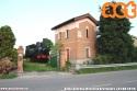 Quando l'amore per la ferrovia travalica ogni aspettativa: ex casello ristrutturato con tanto di vaporiera fatta installare dal proprietario del casello stesso lungo la cessata linea Modena-Cento-Ferrara tra le stazioni di Ravarino e Crevalcore. (04-06-'19)