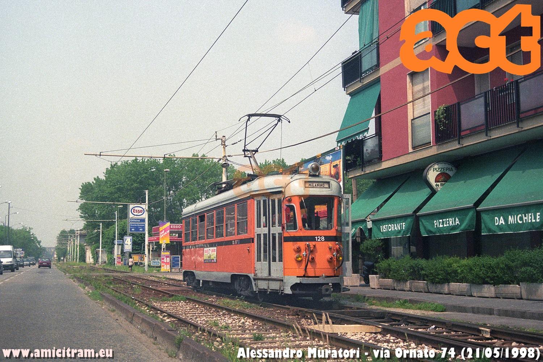 È in sosta ad una fermata la 128 ATM per Milanino in via Ornato 74, sul vecchio tracciato, il 21 maggio 1998. Foto Alessandro Muratori ©