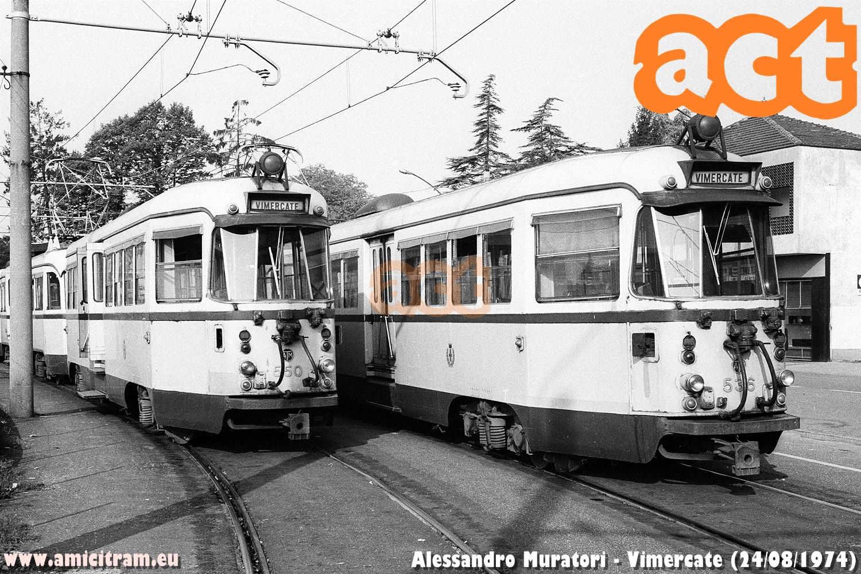 Bloccati con in testa la 550 e la 536 ATM al capolinea tranviario di Vimercate, il 24 agosto 1974 - Foto Alessandro Muratori