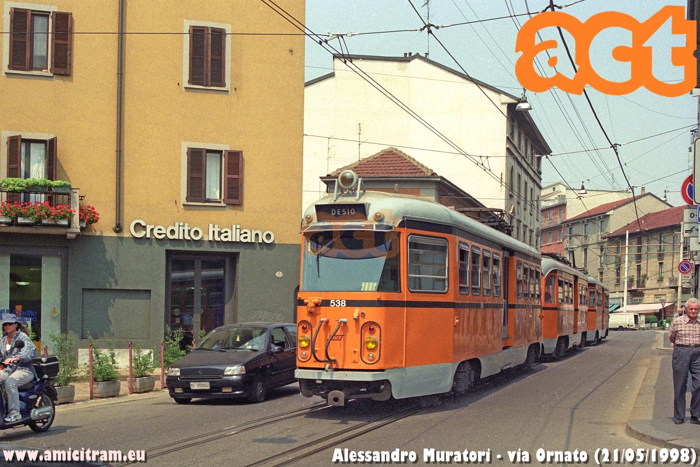Il treno bloccato 537 + 504 + 538 impiega il tratto a binari compenetrati della Milano-Desio in via Ornato il 21 maggio 1998 - Foto Alessandro Muratori