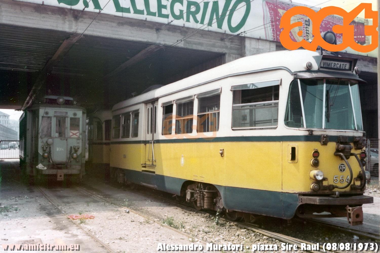 554 del bloccato ATM per Vimercate e 108 in piazza Sire Raul/via Palmanova. 8 agosto 1973 Foto Alessandro Muratori ©