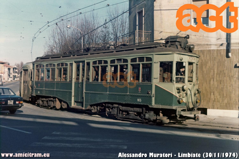 Tram Limbiate-Milano, con 85 ATM e rimorchiata, in viale dei Mille, angolo via Monte Bianco, a Limbiate. 30 novembre 1974 Foto Alessandro Muratori