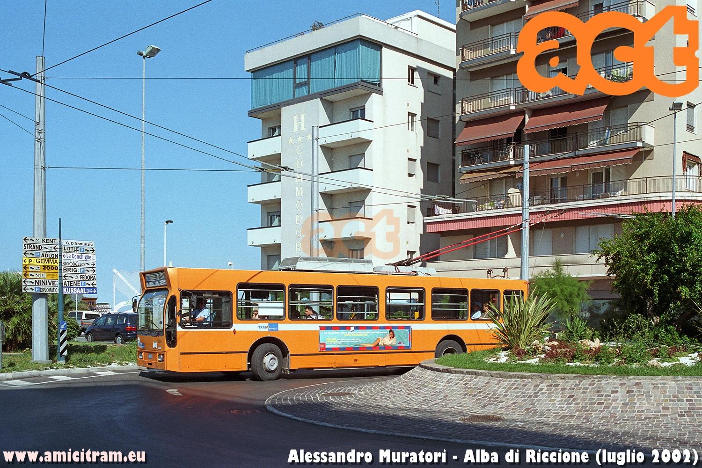 È ripreso in piazzale Azzarita ad Alba di Riccione il filobus 1013 Mauri, dell'impresa TRAM di Rimini, in servizio verso questa località. Luglio 2002 Foto Alessandro Muratori
