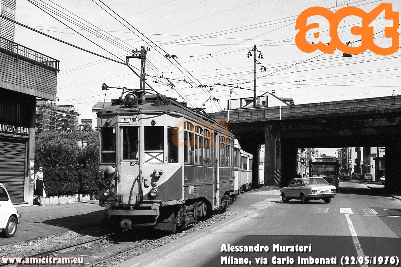 Tram Limbiate-Milano (via Valtellina) con 86 ATM e due rimorchiate, al sottopasso ferroviario tra via Pellegrino Rossi e via Carlo Imbonati, a Milano. 22 maggio 1976 Foto Alessandro Muratori