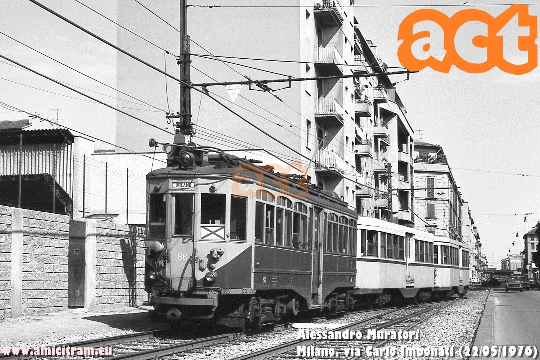 Tram Limbiate-Milano (via Valtellina) con 86 ATM e due rimorchiate, al primo raddoppio di via Carlo Imbonati, a Milano. 22 maggio 1976 Foto Alessandro Muratori